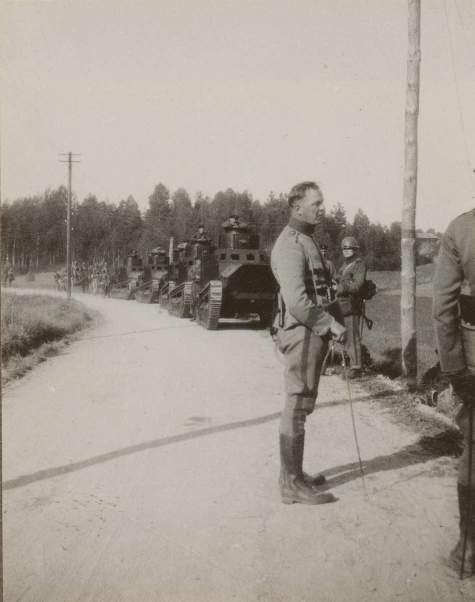 En kolonn av fem stridsvagnar m/1921 (eller 1921-1929) på landsvägen. Närmast kameran löjtnant Otto Holmgren från Göta livgrde I 2.