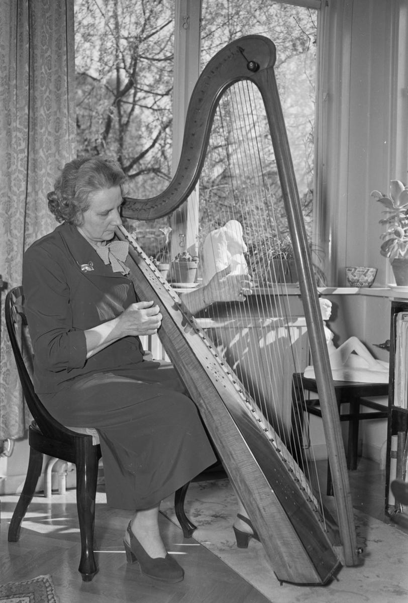 Kvinna spelar harpa, reportage i Tidningen Upsala, maj 1954
