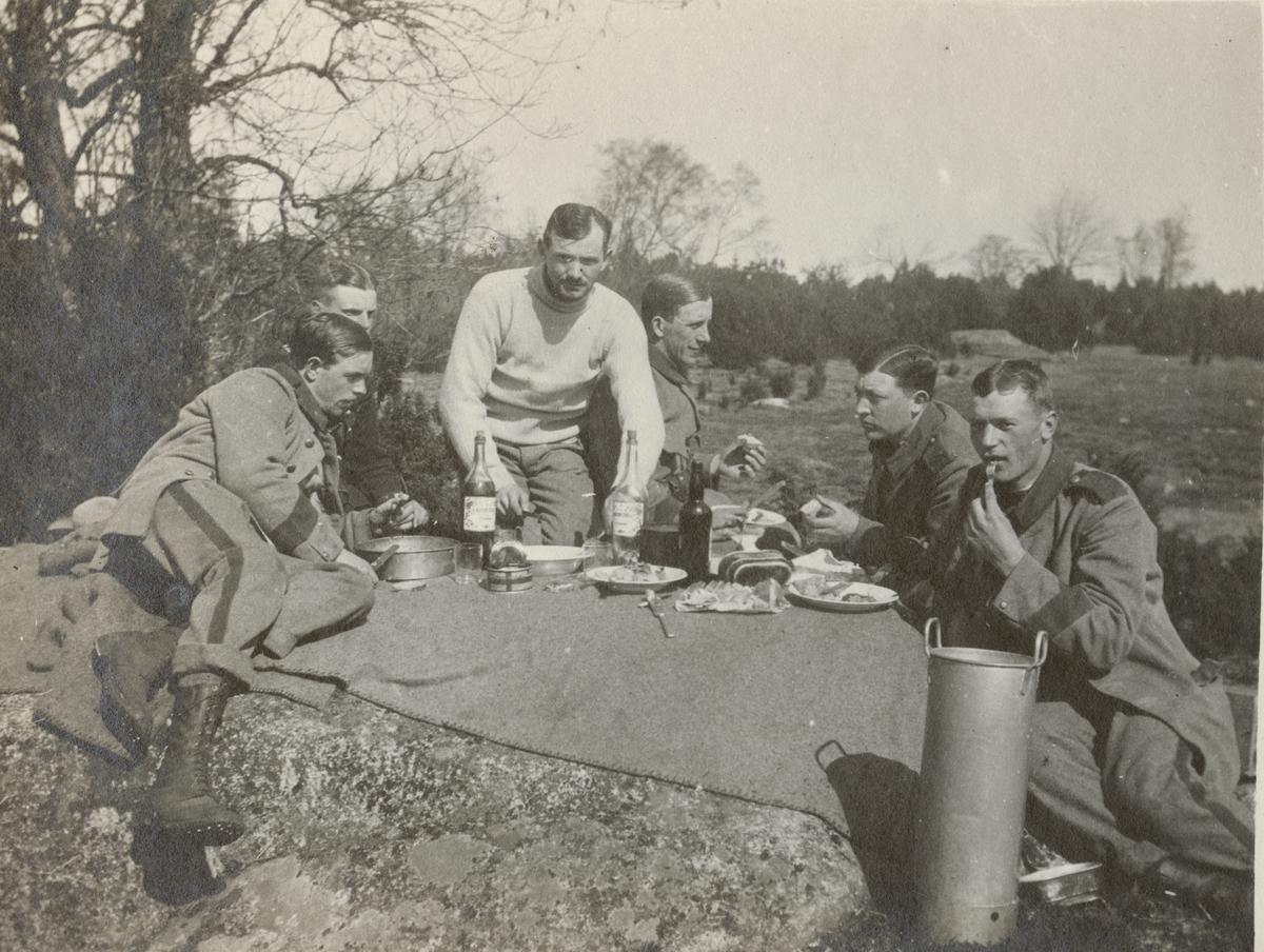 Soldater från Göta livgarde I 2 äter lunch utomhus.
