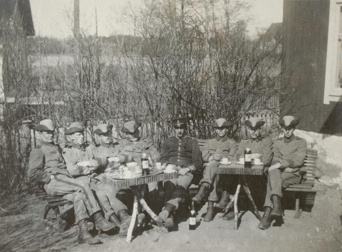 Gruppbild av soldater från Göta livgarde I 2 på en uteservering.