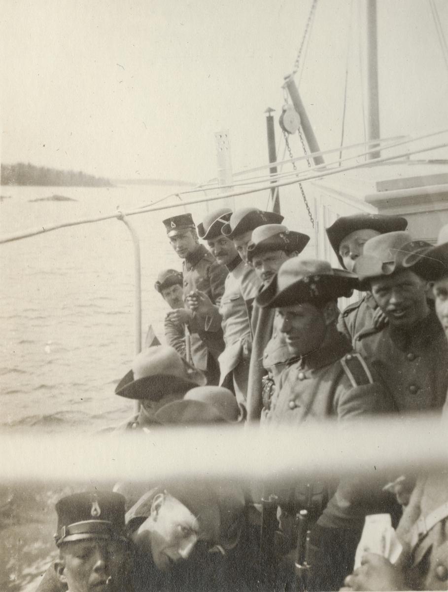 Soldater från Göta livgarde I 2 på båten.