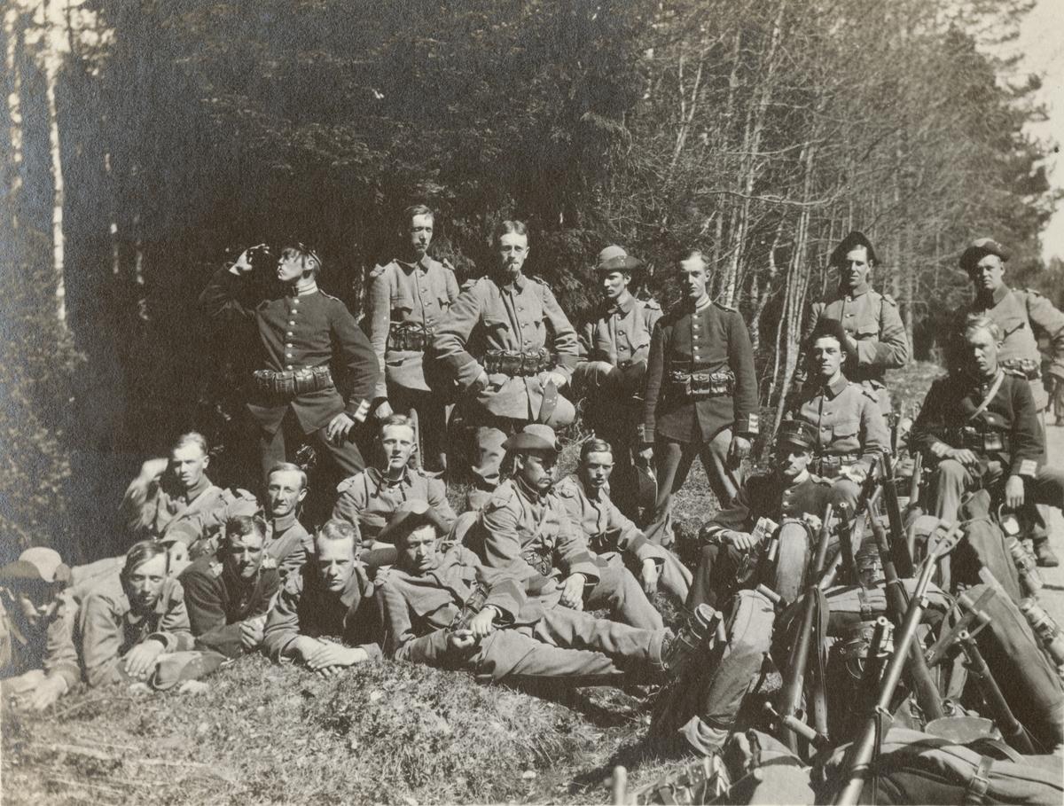 Gruppfoto av soldater från Göta livgarde I 2 i skogen.