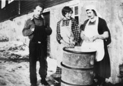 Flatbrødbaking på internatet på Refsnes i Tranøy.Ca. 1934. .