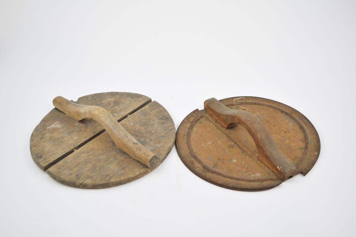 To lokk, uten tilhørende beholdere. Det ene lokket er i tre, med to halvsirkulære deler som er tapper sammen. Et skåret håndtak er festet på toppen. Andre lokket er i tynn blikk, sirkulær form med pyntespor risset inn langs kanten. På tvers på oversiden er det skrudd fast et håndtak som er av tre.