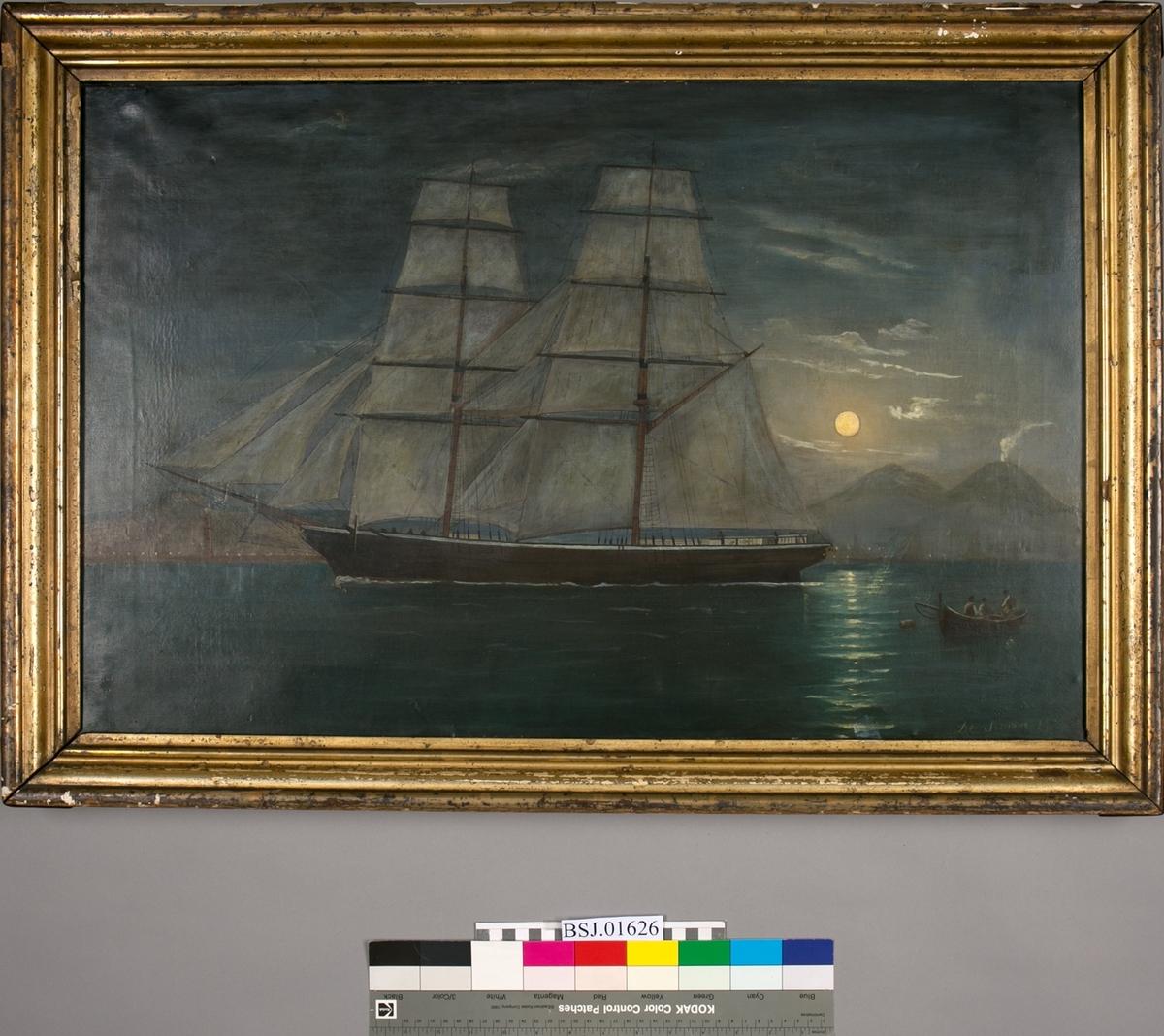 Skipsportrett av ukjent seilskip, trolig utenfor havnebyen Napoli med vulkanen Vesuv i bakgrunn. Med fullmåne i bakgrunn.