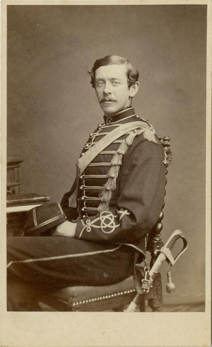 Porträtt av okänd löjtnant vid husarregemente.