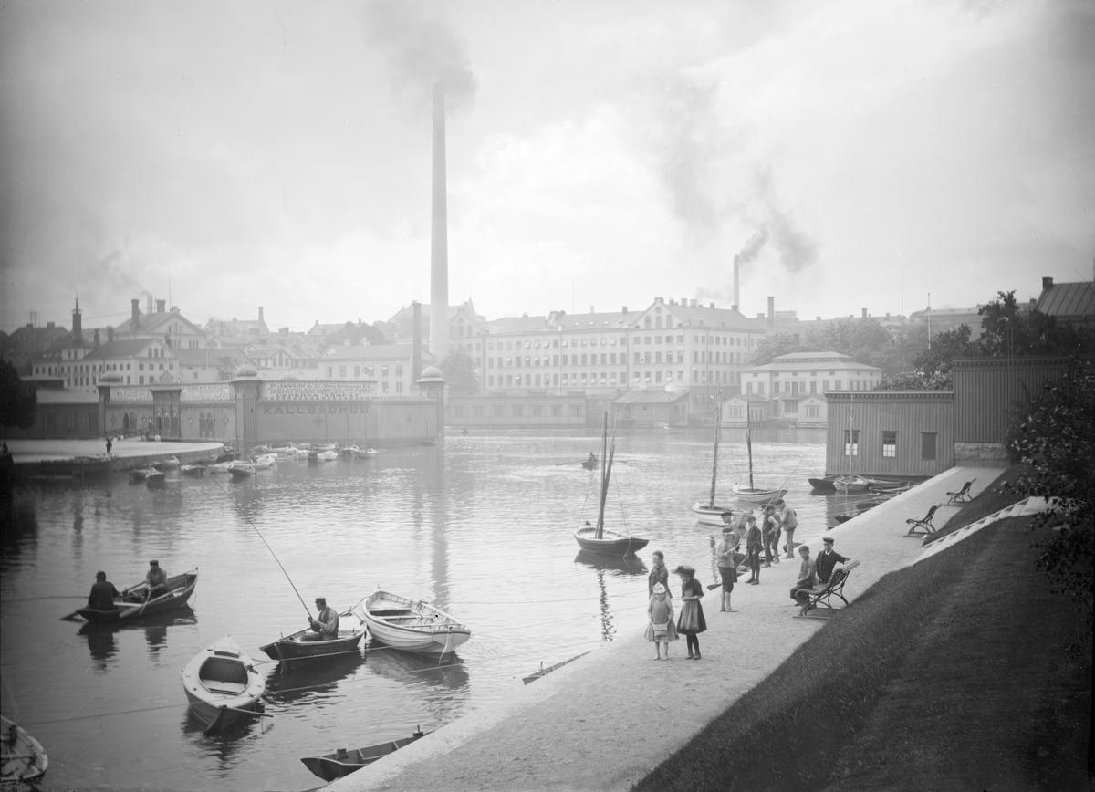 Parti av Norrköping vid 1890-talets mitt. Till vänster ses Norrköpings kallbadhus vid Refvens grund. I fonden Norrköpings bomullsväveri, populärt kallat Tuppen efter fabrikens varumärke.