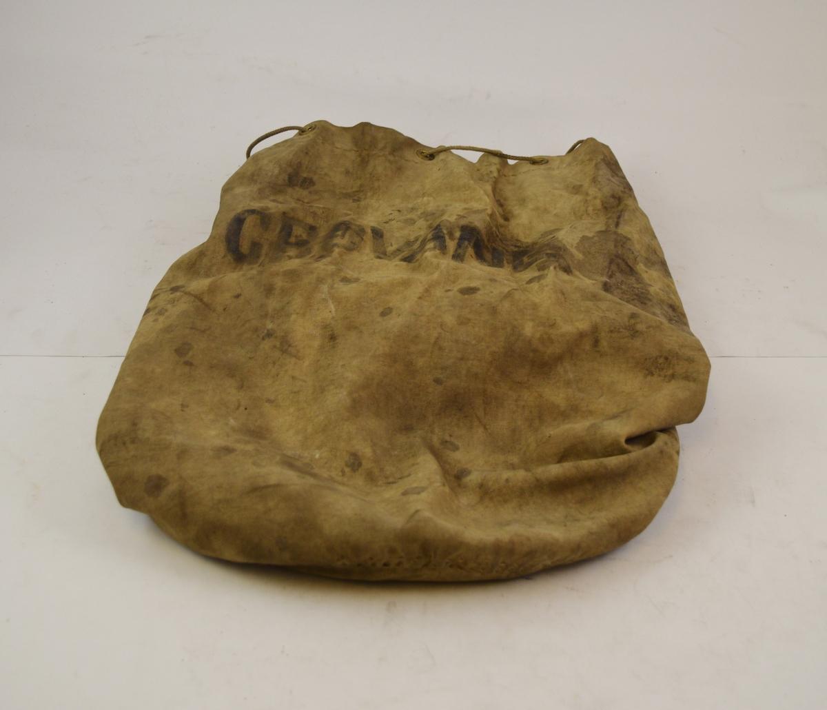 Sekk brukt på Grovane stasjon. Muligens benyttet til å sende mindre gjenstander i fra Grovane til Kristiansand, for eksempel sengetøy/håndklær for togpersonalet.