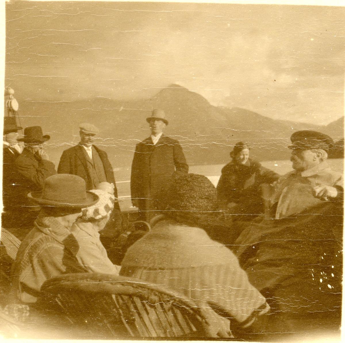 Olaus Islandsmoen talar til ei forsamling.