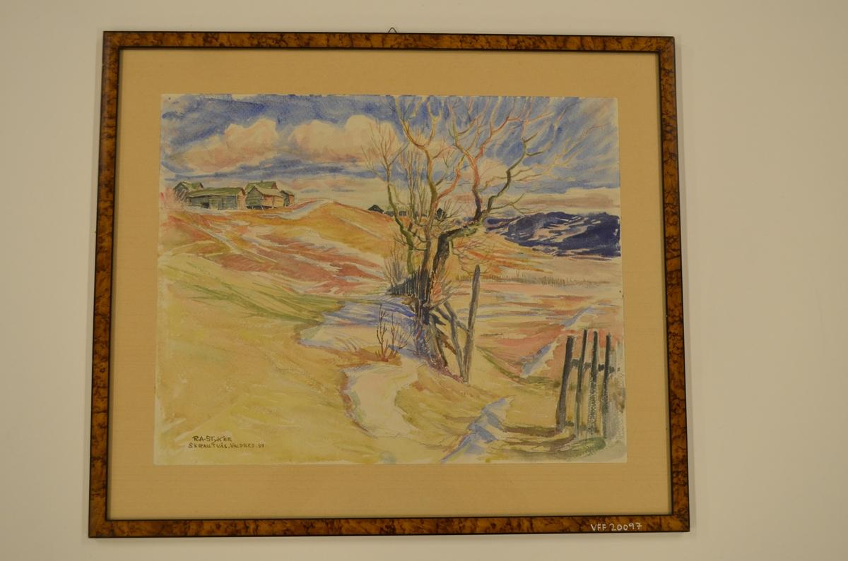 Motiv fra Skrautvål i Valdres. I forgrunnen ses et stakittgjerde og bladløse trær, i mellomgrunnen to gårdstun på et høydedrag, i bakgrunnen blå himmel med hvite skyer.