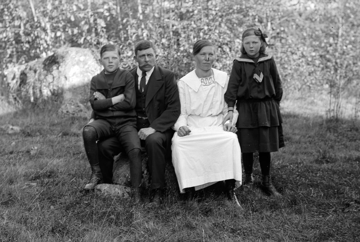 Emma och Edvard Lindstedt med barnen Svea och Gunnar i Väster Hästbo heden. (Gunnar dog 18 år gammal)