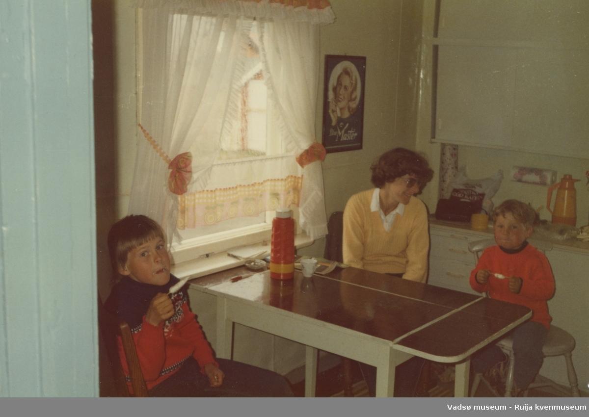 Flere blad Olsen rundt kjøkkenbordet på Kjeldsenbruket i Ekkerøy, i forbindelse med sommerbesøk. F.v. Tommy, Gro og Knut Olsen, 1980-tallet.