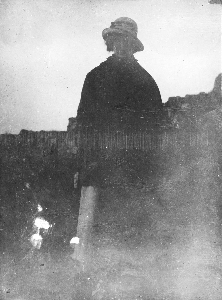 """Torgunn Gundersen på tur til """"Jomfru Trufast"""" sommeren 1918."""