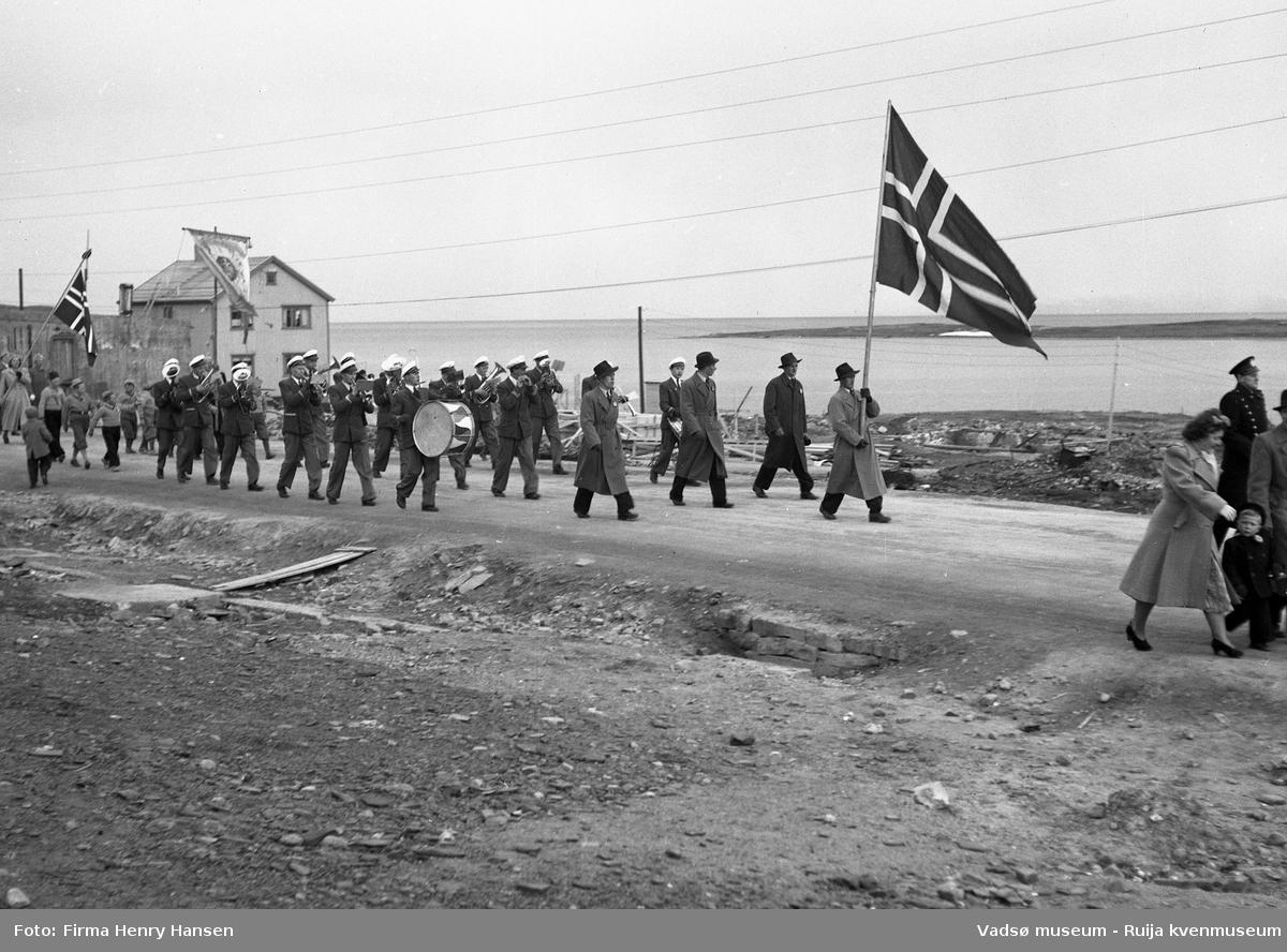 17.mai 1951 i Vadsø. Toget går i Hvistendalsgaten på vei mot sentrum.