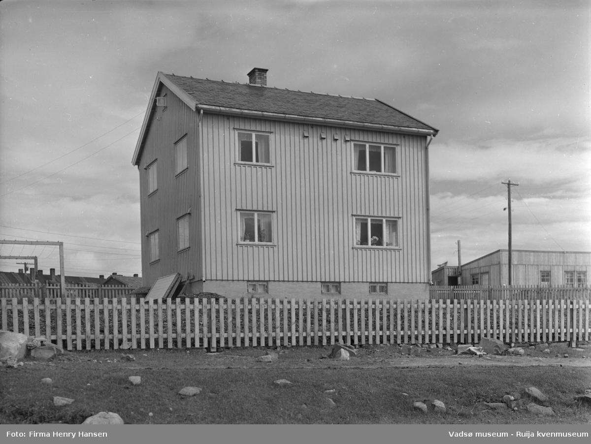 Vadsø 1952. Gjenreisningshus og brakke.