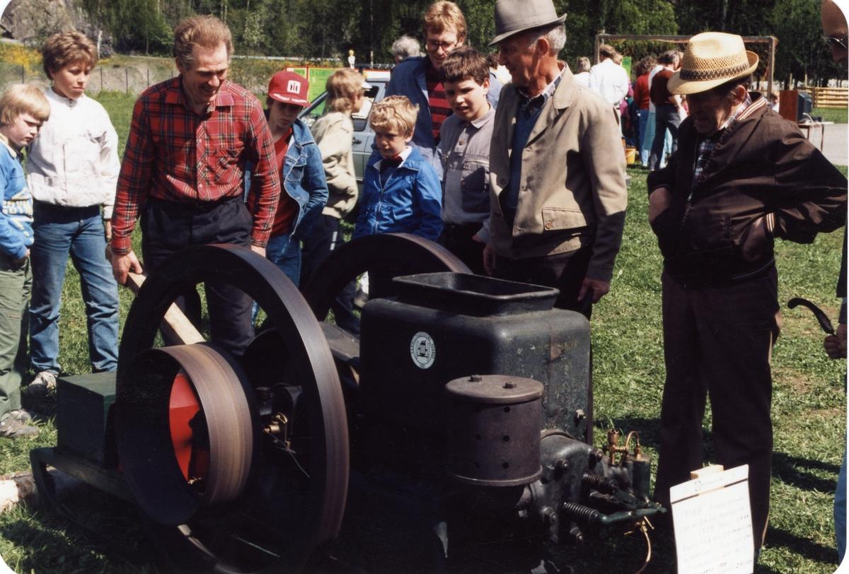 Hans Hansebråten, Toralf Leite og Reidar Dølve på jordbruksutstilling. Hansebråten med ein Trygg-motor frå 1934.