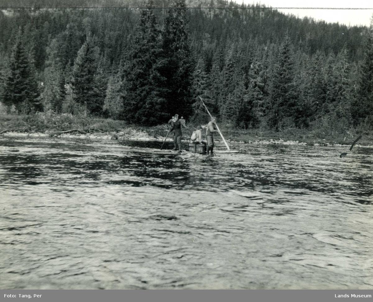 Landmålere, overfart på flåte, ved Evjua