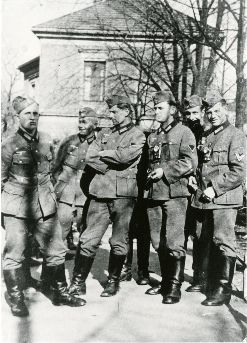 Tyske soldatar på Festningsplassen i Oslo, 1940. Fotofilm funne etter såra tysk soldat frå kampane i Bagn, april 1940.