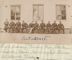En gruppbild med officerare från Hälsinge regemente sittande