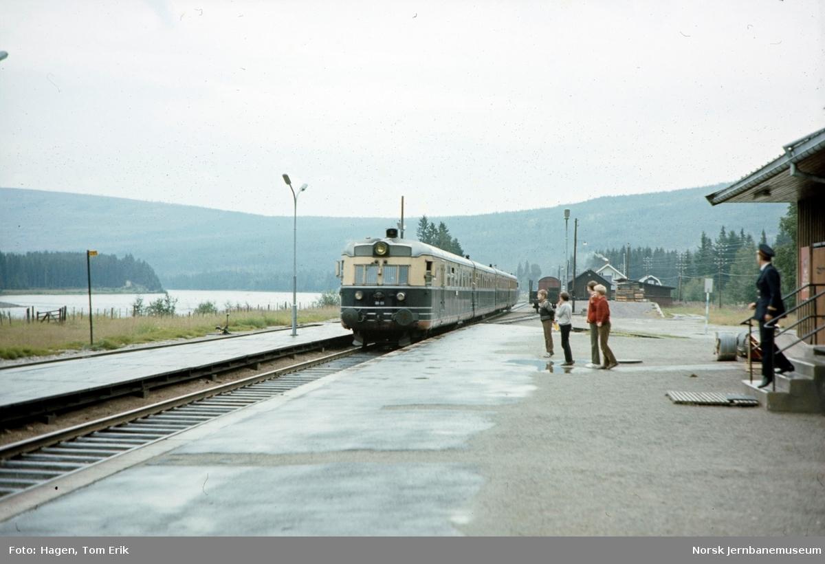 Sørgående dagtog med motorvognsett type 88a ankommer Hanestad stasjon