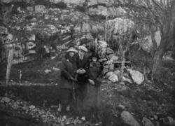 Foto av to kvinner og en mann på skogtur. Det er ukjent hvem