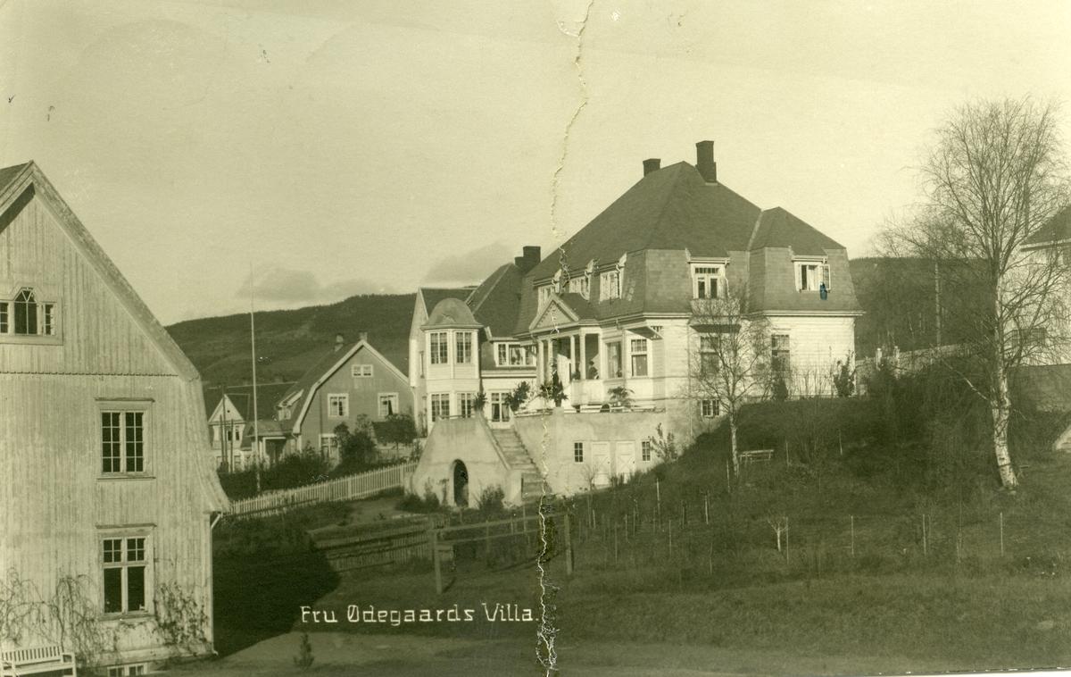 """Postkort med motiv av """"Fru Ødegaards Villa"""" på Lillehammer."""