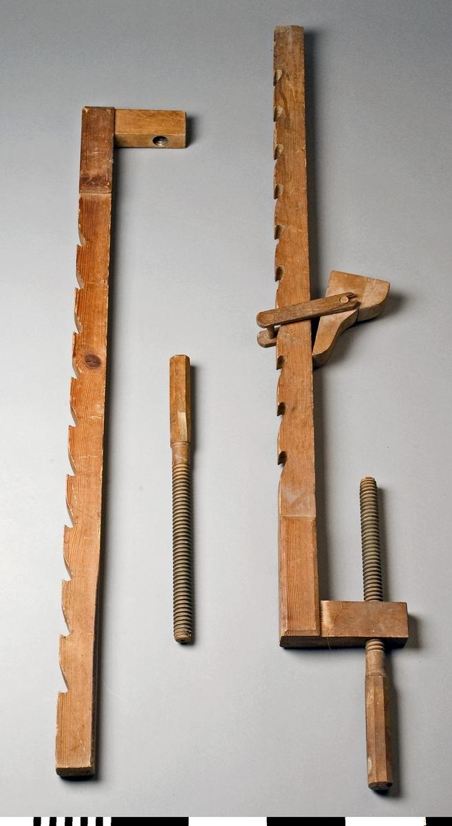 Limknekt, 2 st av trä. Knekten består av ett långt och ett kort trästycke som är hopslitsade med varandra i en rät vinkel. Genom det korta trästycket går en träspindel. På det långa trästycket finns en flyttbar sadel som med ett järnbeslag kan läggas i små urtagningar i det långa trästyckets yttersida. Pressningen vid limningen åstadkommes genom att arbetsstycket sättes mellan spindeln och sadeln. Änden på det långa trästycket har en rätvinklig avslutning. Knekt b saknar sadel.  Funktion: Hålla ihop delar som limmas