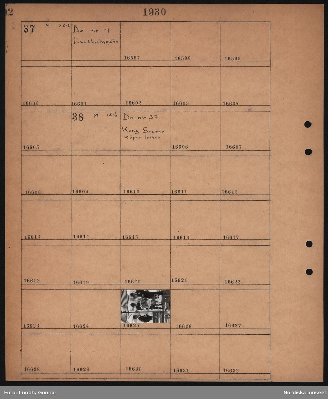 Motiv: Stockholmsutställningen 1930; Ej kopierat.  Motiv: Stockholmsutställningen 1930, kung Gustav köper lotter; Män i plommonstop står kring kung Gusta V när han tar lotter från en tombola.