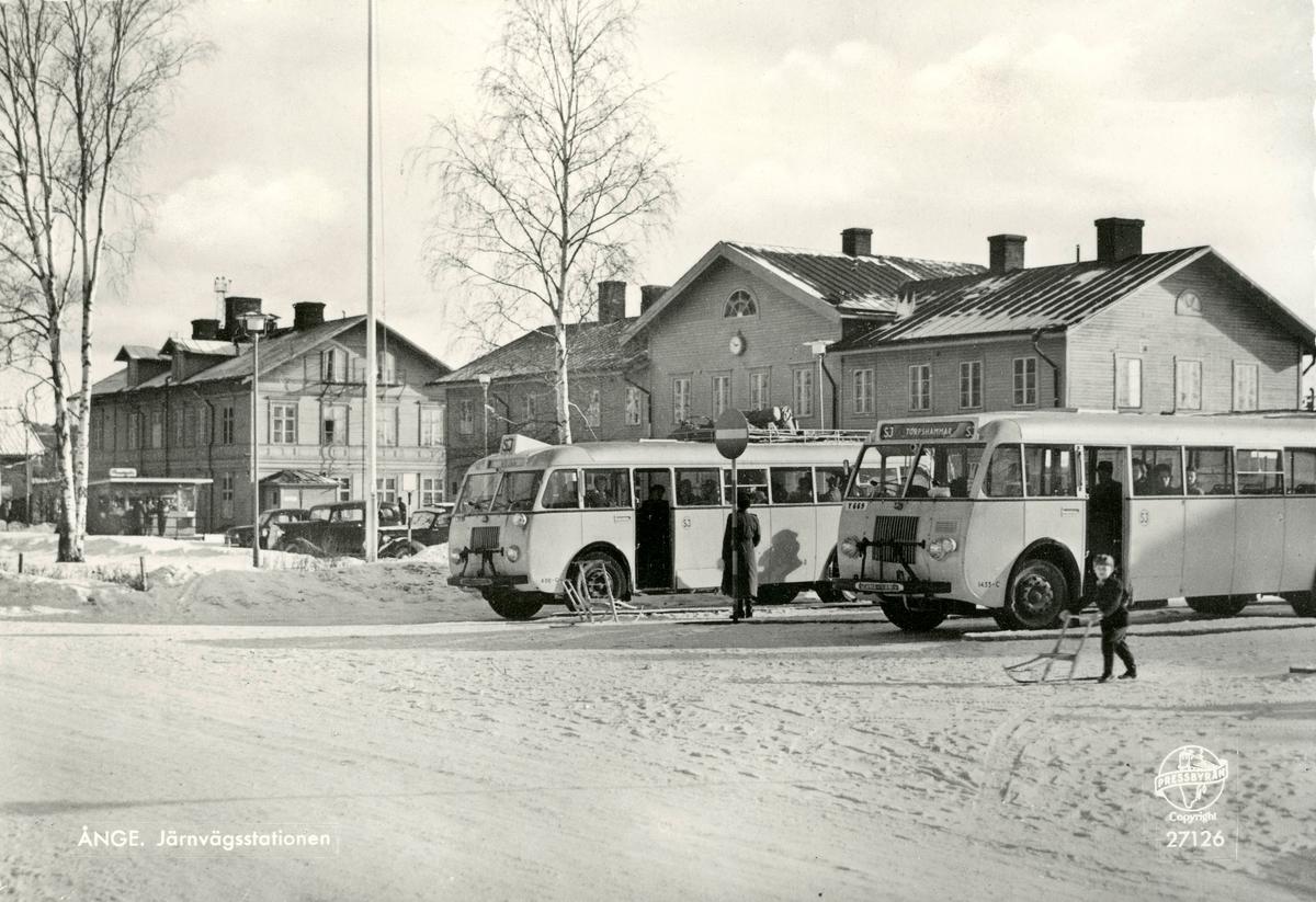 Ånge järnvägsstation. Anslutningsbussar står framför stationen. Vykort.