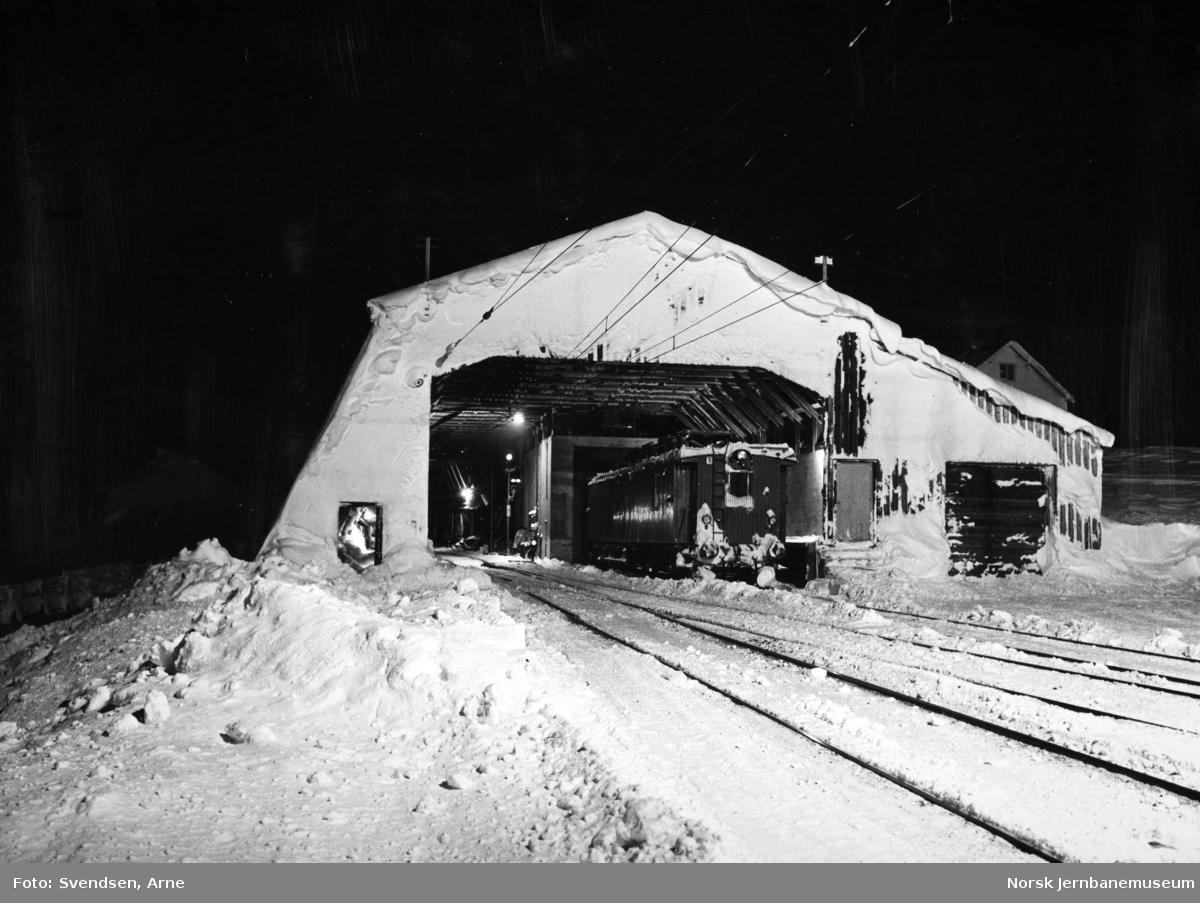 Finse stasjon en vinterkveld, snøoverbygget med revisjonsvogn