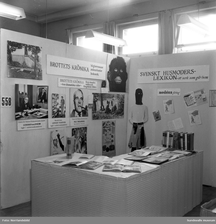 Medéns bokförlag har en monter på Sundsvallsmässan 1954. Där lockas det med Svenskt husmoderslexikon och Brottets krönika.