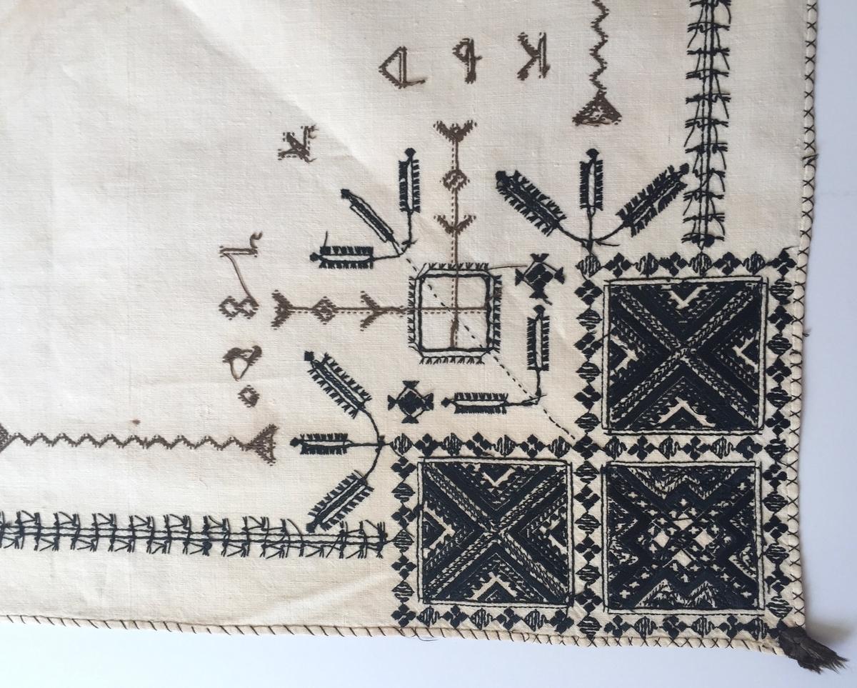 Geometriskt mönster i kvadrater i hörnen, bårder mellan kvadraterna på ryggsnibb och framsnibbar. På ryggsnibben tre kvadrater och en majstångsspira samt märkning med årtal och initialer. På varje framsnibb en kvadrat och en trekant. Ornament i korsstygn.