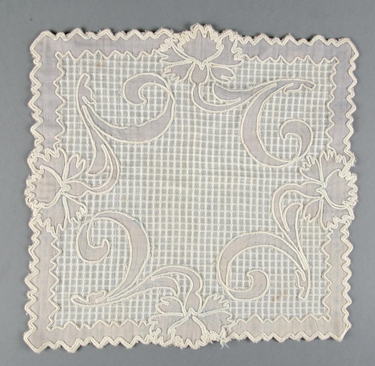 Två dukar av mönstervävt vitt bomullstyg med applikationer av blå bomullslärft och vita broderier.
