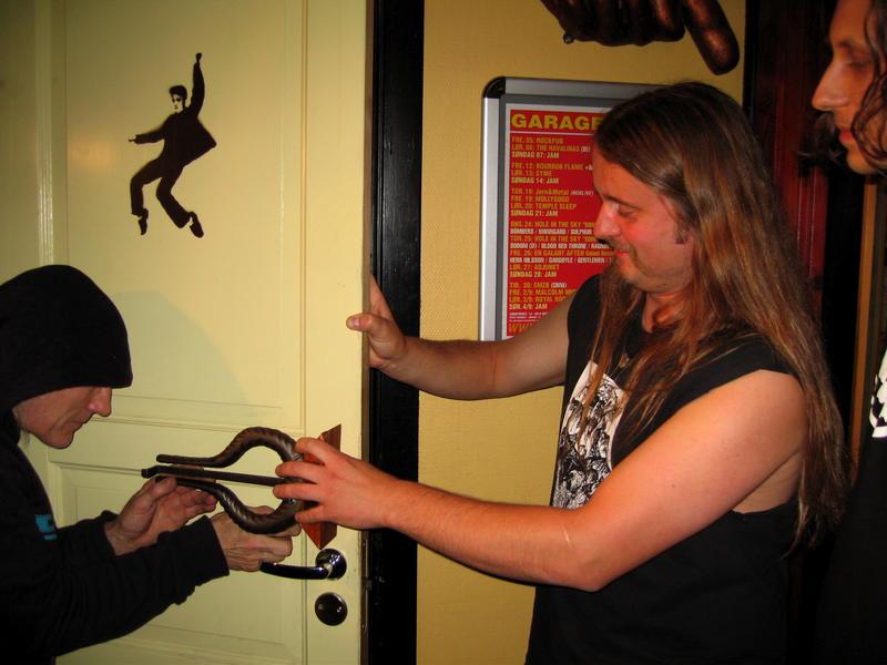 Dennis Reksten og Grutle Kjellson monterer Spellemannpris fra Enslaved som nytt do-dør-håndtak på Garage. (Foto/Photo)