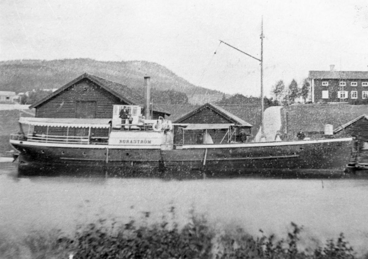 Noraström har lagt till vad kajen.  På bildens baksida finns Bernt Fogelbergs anteckningar om båten, se bild nr 3 bland postens bilder.