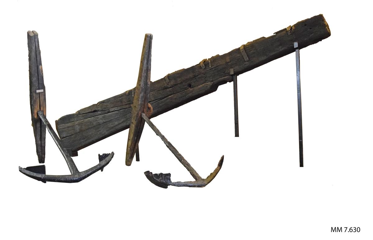 Skeppsroder av ekträ med beslag av järn. Har tillhört 54-kanonskeppet Nya Riga, byggt vid Karlskrona örlogsvarv år 1708.