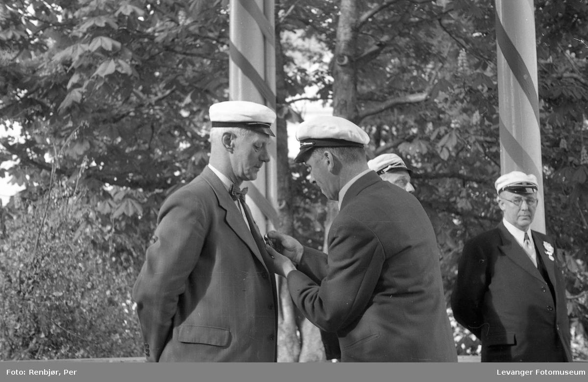 Sangerstevne, Levanger, ved paviljongen, utdeling av medalje.