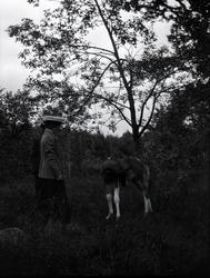 Två damer och ett föl i närheten Tuna gård.