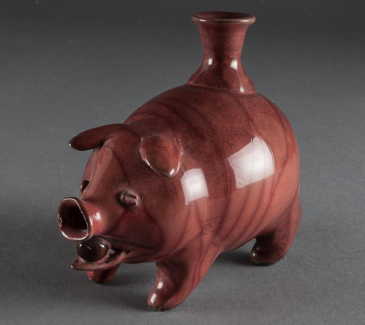 Gris med ljushållare, Bo Fajans, design Allan Ebeling. Rödbrun glasyr, längd 12,5 cm, höjd 12 cm.