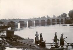 Tingebron i Högsby. Kvinnorna har fraktat ner den bykta tvät