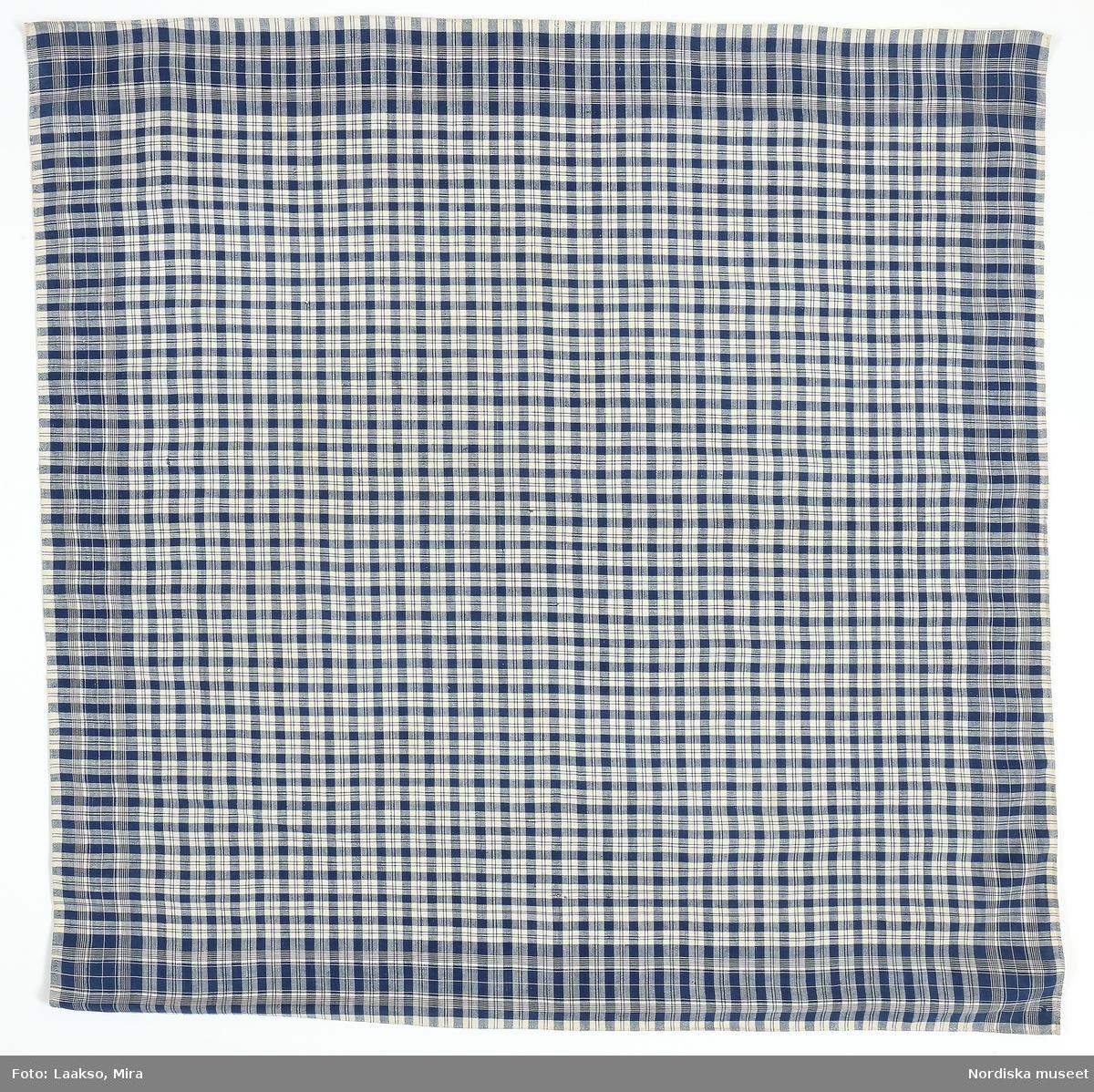"""""""Huvudduk av bomullstyg, kvadratisk, rutig i vitt och blått."""" /enligt intendent Inga Wintzells anteckningar"""