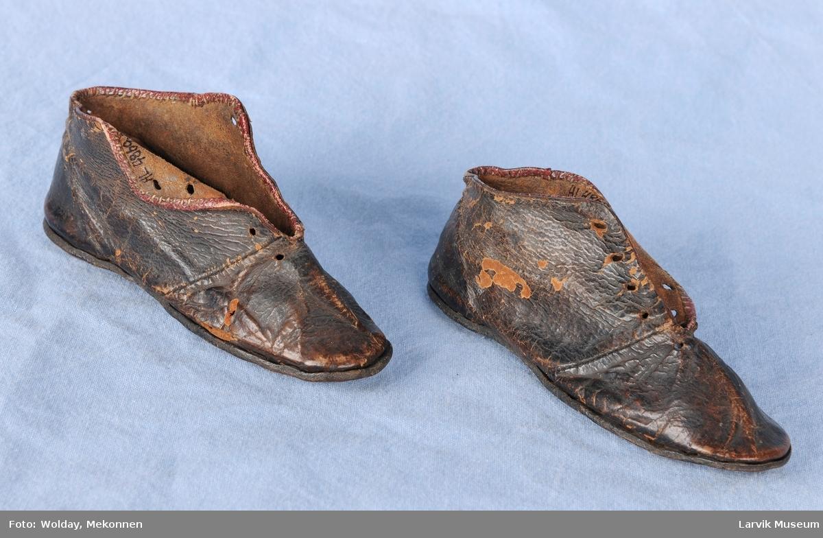 Form: Smale sko med høy kant. 4 hull på hver side for snor og knyting.