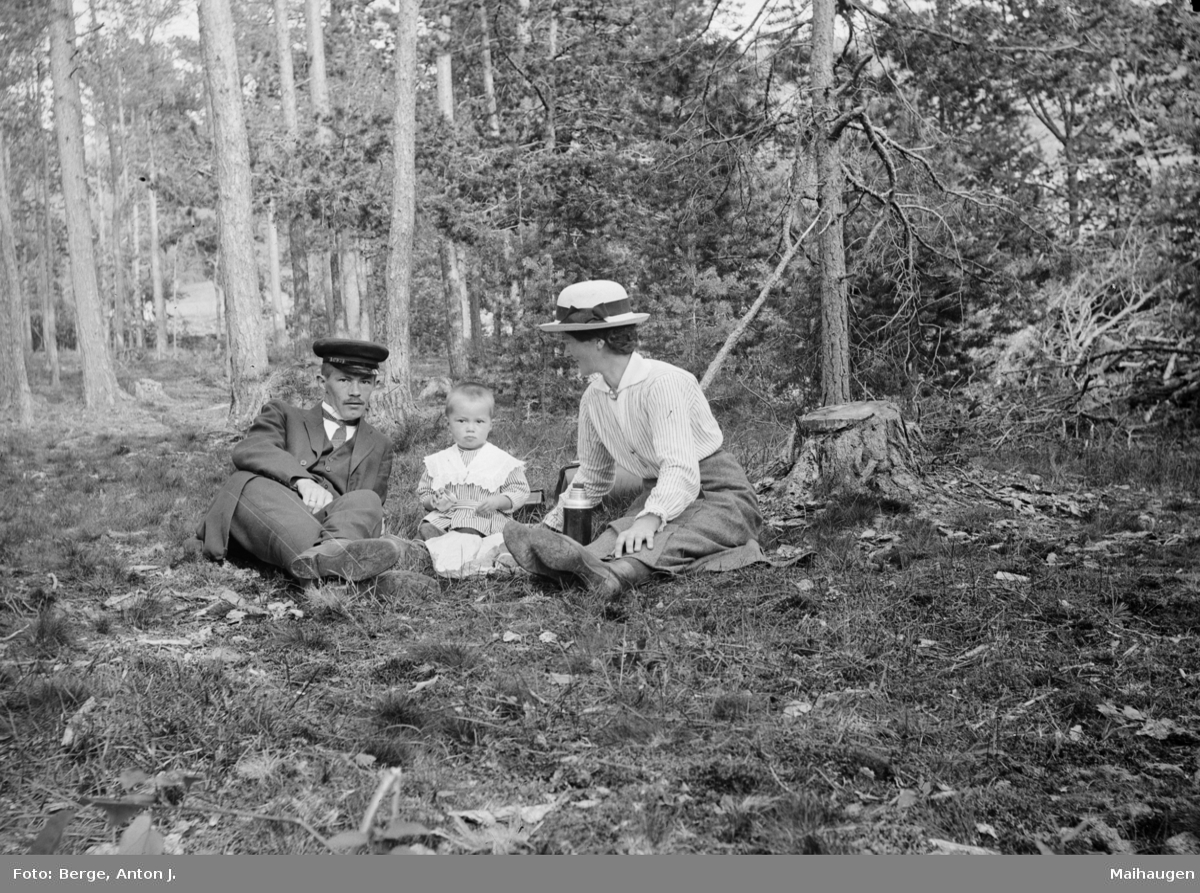 Anton Johnsen Berge med kona Mari Pedersdatter Rudistuen og sønnen Oddmund