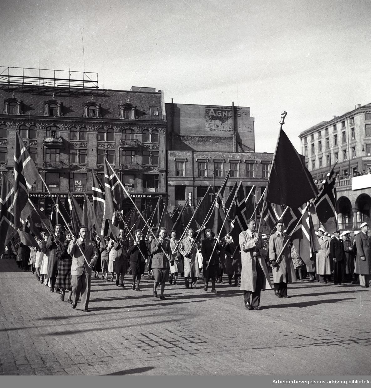1. mai 1950, demonstrasjonstog og flaggborg på Youngstorget.