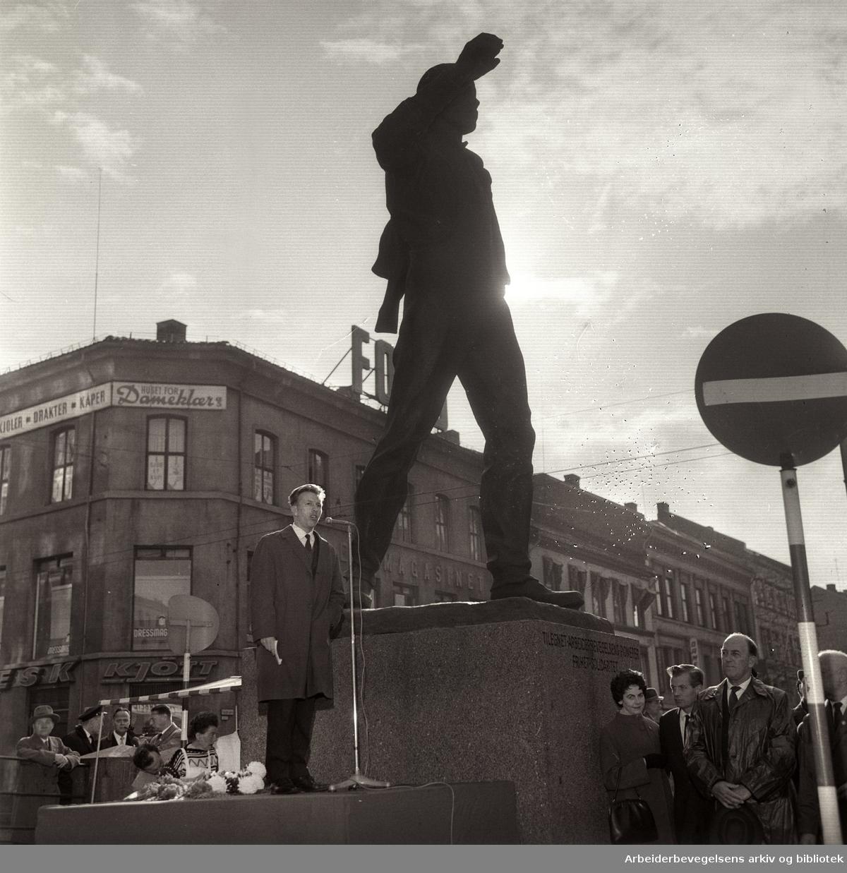 1. mai 1964, Jan Balstad formannen i Oslo distriktslag av AUF, taler ved Pioneren på Youngstorget.