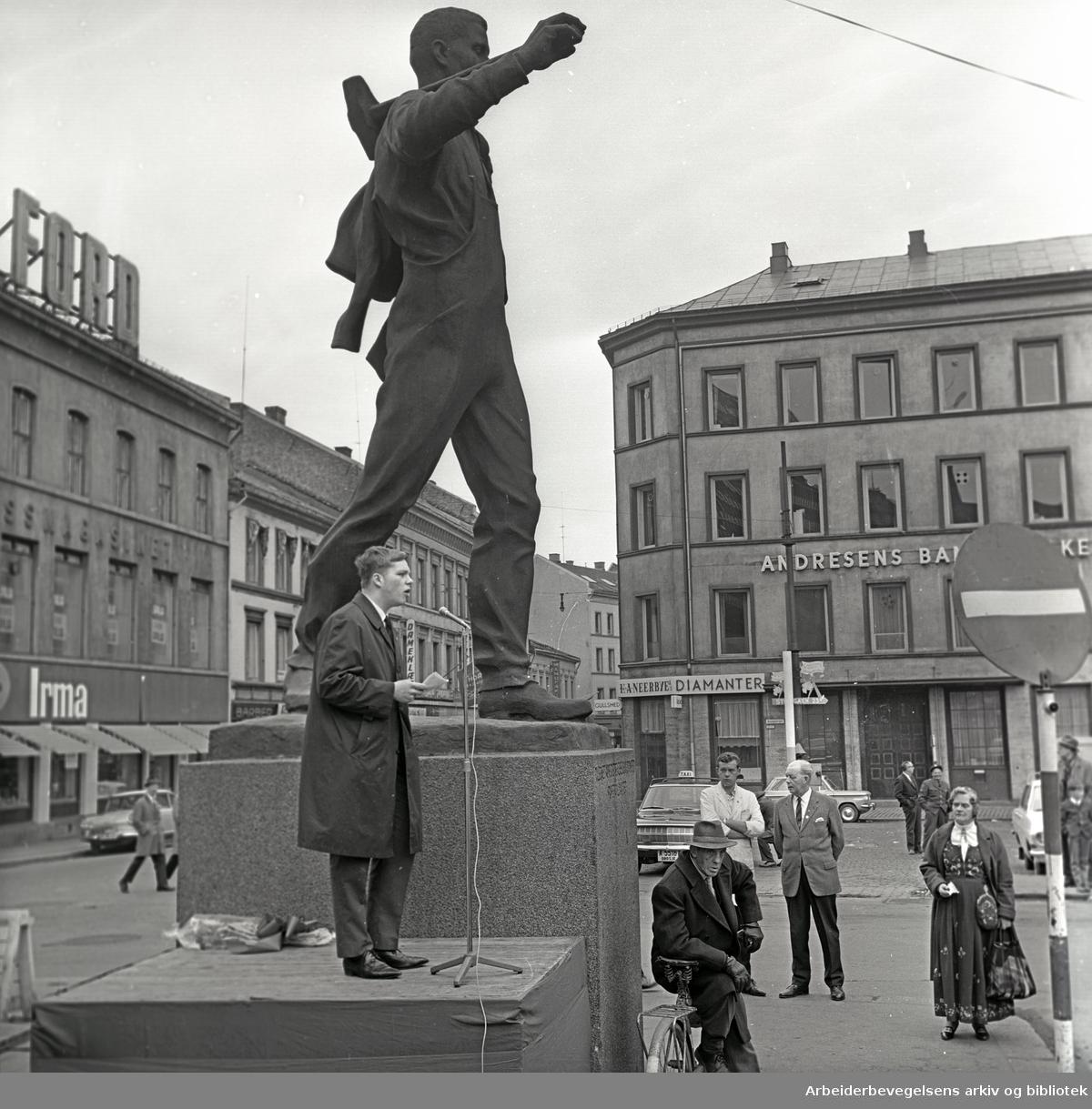 1. mai 1966, Bjørn Skogstad Aamo taler ved Pioneren på Youngstorget.