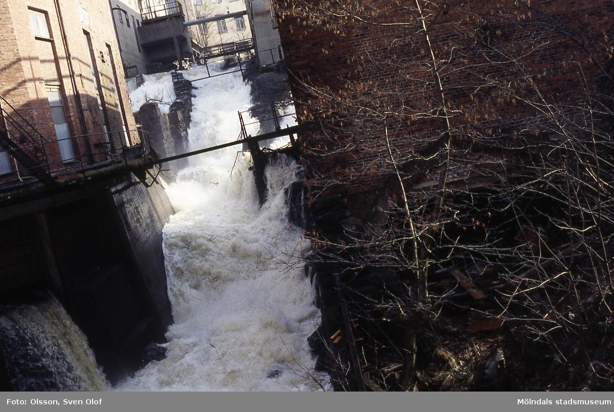 Mölndalsfallet och industribyggnader i Kvarnbyn, Mölndal, april 1994. Lägg märke till allt skrot på blivande Royens kvarnplats. Kv 17:13.