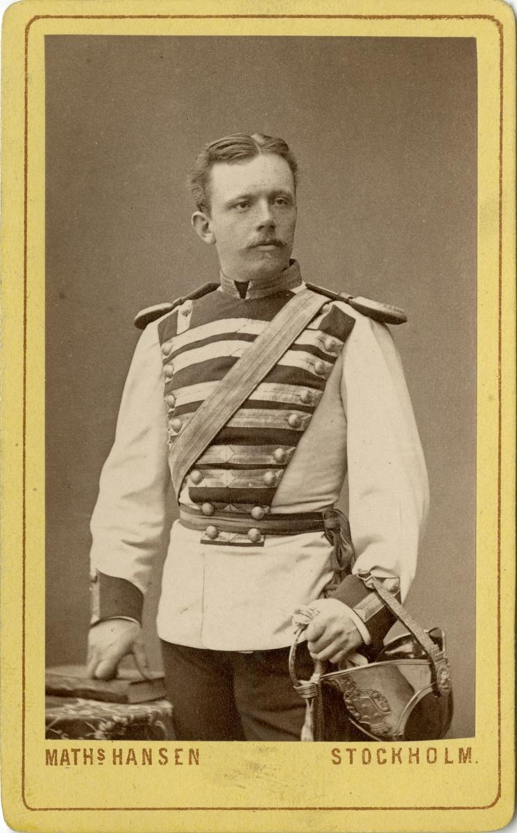 Porträtt av John Edvard Magnus Sager, löjtnant vid Livregementets dragoner K 2. Se även AMA.0008452.