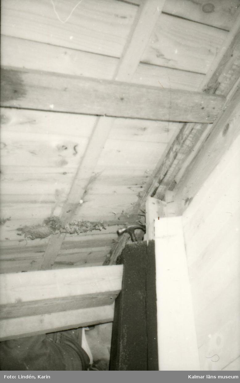 Foto:Karin Lindén, arkitekt, april 1995 Stolpe, tak i vagnskjulet.