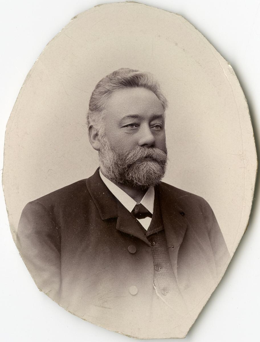 Porträtt av O. Dahlberg vid Stockholms Tyg-, ammunitions- och gevärsförråd.